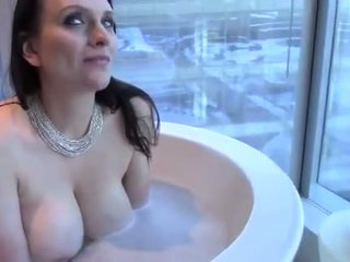 Sexy groot mees brunette vrouw takes een bath & mouthfucks lul