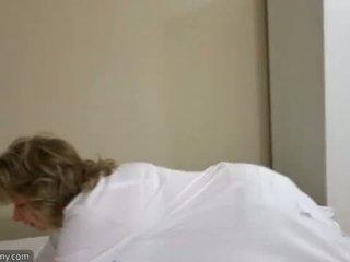 Oldnanny seksi oğlan ile ten masturbate üzerinde yatak