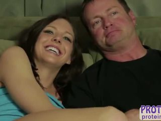 Mitra un uzbudinātas draudzene abby šķērsot takes bf līdz the milking tabula