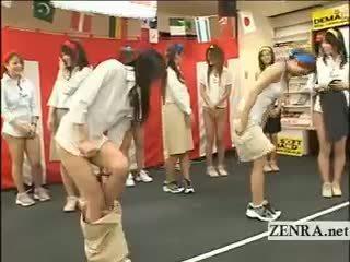 Giappone employees giocare un gioco con palle e collant