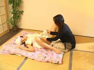 Milking un nepieredzējošas bumbulīši 3 karstās aziāti (japanese) pusaudze