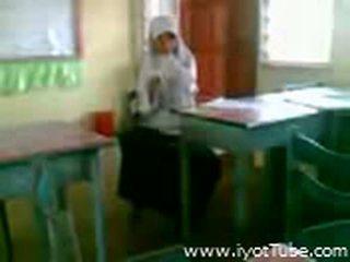 Video- - malibog na classmate pinakita ang pepe sa klassrummet