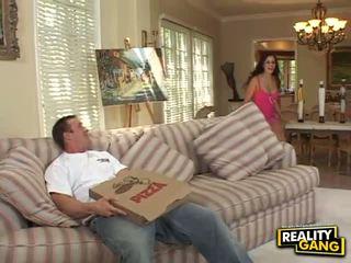 حار اتينا does اللسان و flashes سراويل و كس إلى بيتزا guy