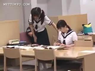 アジアの 女子生徒 プッシー teased で ザ· 図書館 上の camera