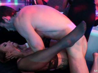 Bi haupt; licks fotzen und shares cocks im öffentlich.