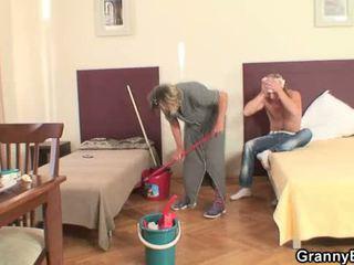 Opruimen dame takes zijn geil lul van achter