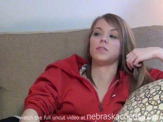 Ideālas pusaudze koledža meitene stripping uz leju uz viņai kopmītnes istaba