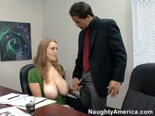 Breasty birojs paklīdusi sieviete sierra skye sucks no a liels clgazooy dzimumloceklis