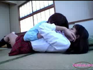 Chavala getting su cuerpo kissed trasero rubbed con perra en la suelo