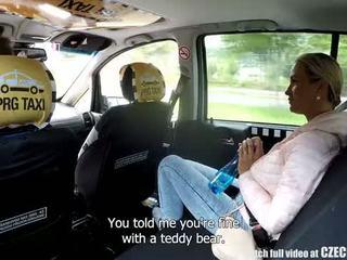 Čeština blondýnka rides taxi driver v the zadní sedadlo