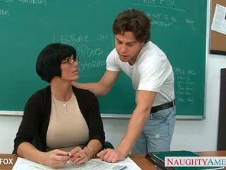 Milf en lunettes shay fox baise en classe