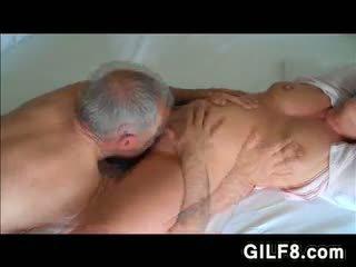 爺爺 licking grandmas 成熟 的陰戶