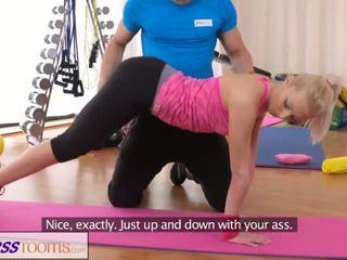 Fitnessrooms bendy blonda bends peste pentru ei personal trainer