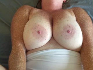 Rūdmataina jāšanās uz baltie stringi sperma par krūtis un apakšbiksītes