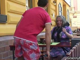 Стогін grandmother acquires його teenaged joystick