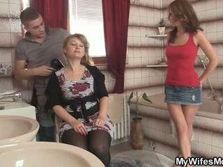 Viņa sieva leaves un viņš bangs viņai karstās māte