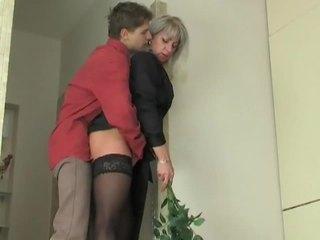 Милф уличница seduces млад момче