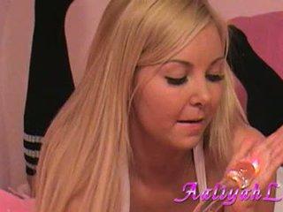 Aaliyah kjærlighet lusty babe spille henne dildo på daybed