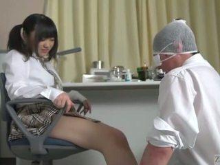 Subtitled ιαπωνικό κορίτσι του σχολείου facesitting salvation