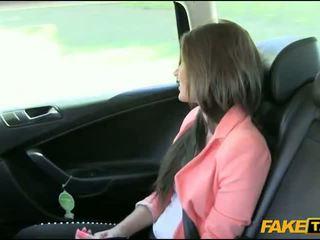 สวย สมัครเล่น ผมสีบรูเนท หญิง nailed โดย fake driver