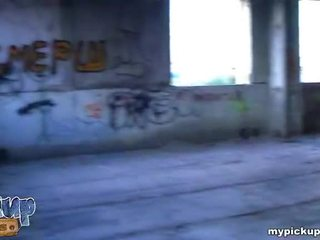 Meisje geneukt bij ruined gebouw en gets haar koel breast covered met sperma video-