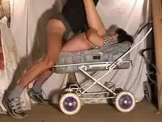 ناضج موم حار اللعنة في stroller فيديو