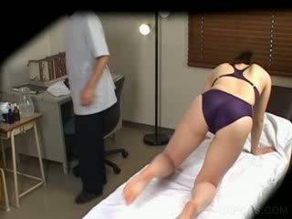 Jap në notoj kostum gets cica massaged