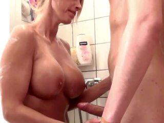 Duits step-mom helpen zoon in douche en verleiden naar neuken