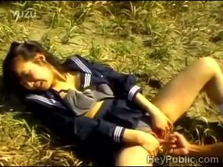 Perv takes voordeel van lonely japans schoolmeisje