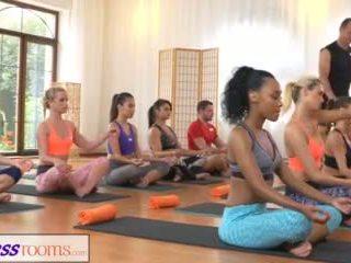 Fitnessrooms група yoga session ends с а sweaty крем пай