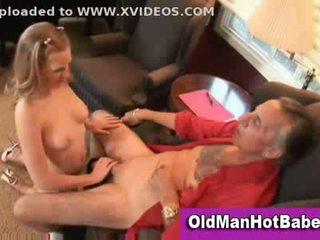 Blond tenåring suging av eldre guy
