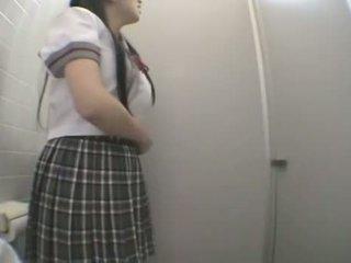 Student futand în public toaleta