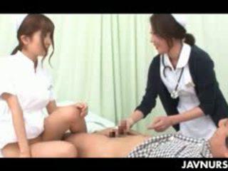 สวยมากมาก วัยรุ่น เอเชีย พยาบาล taking an น่าประหลาดใจ เพศ นั่ง ที่ ทำงาน