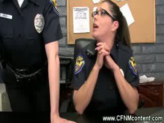 The ตำรวจ frisk พวกเขา สำหรับ เอาแรง dongs ไปยัง ดูด บน ที่ the สถานี