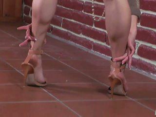 Seksuālā kuce shows no kājas uz augsts papēži