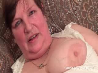 Chesty matura satisfies puss con dildo