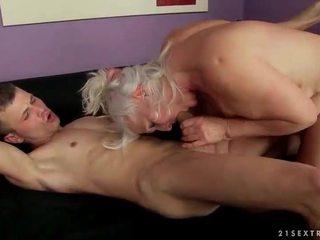 שובבי מכוער סבתא מזיין a younger אדם