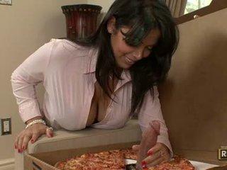 Adorável milf sienna west muncthis chabs um gigantic topping em dela yummy pizza