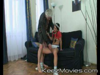 Trágár régi férfi seduces övé takarítónő