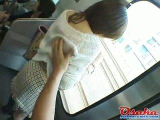 De arm japans teenager is stalked onto een trein, molested en rubber speelbal got laid