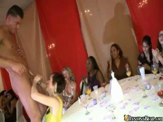 Một cô dâu touches pecker tại cô ấy bachlorette bên