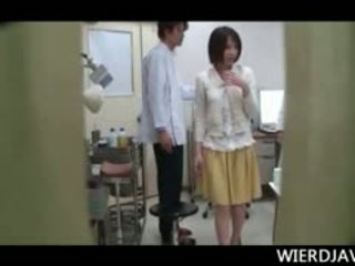 टॉपलेस जपानीस टीन गर्ल touched द्वारा एक हॉर्नी किनकी डॉक्टर