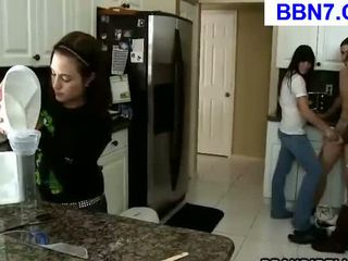 Slutty tiener giving een pijpen
