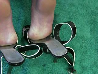 Istri melakukannya dengan sepatu video