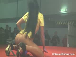 Sexig flicka takes off henne outfit och pleases en kåta guy på den stadium