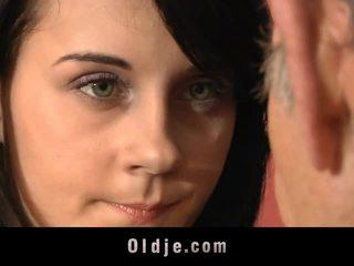 Leila praxe sexuální exercises s starý člověk