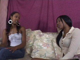 Donker lesbiennes spelen hun groot strap op