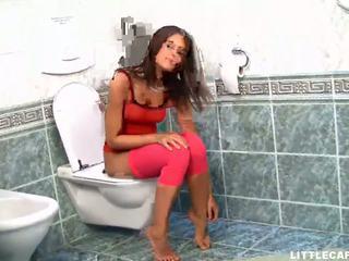 Vacker tonårs baben gets henne fittor eaten i den toalett