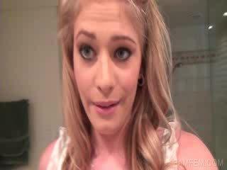 Blond working quim v kúpeľňa