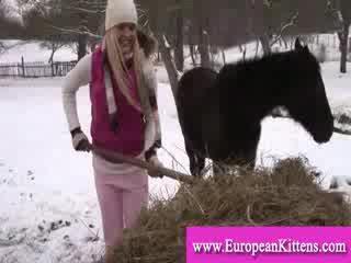 Bayan pleasing kendini içinde the stables ile bir oyuncak